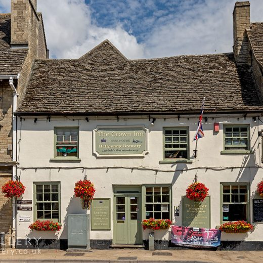 Crown, Lechlade: Pub exterior