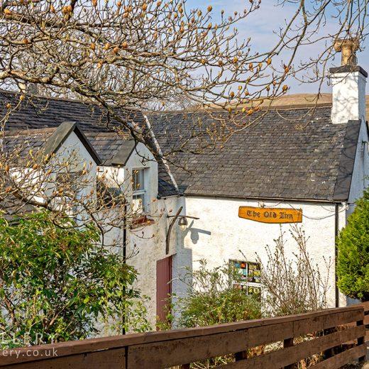 Old Inn, Carbost: Pub with loch behind