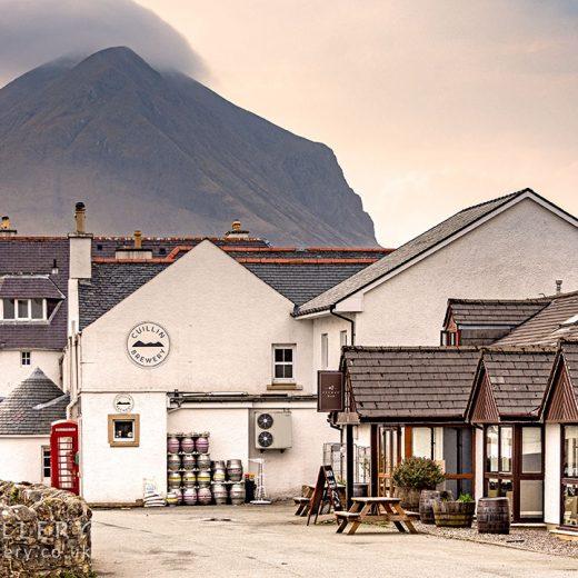 Sligachan Hotel: Pub with mountain behind