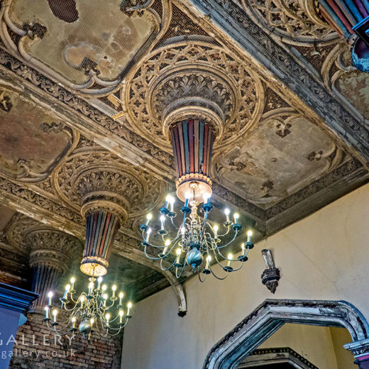 Crown & Kettle, Manchester: Ceiling with chandeliers