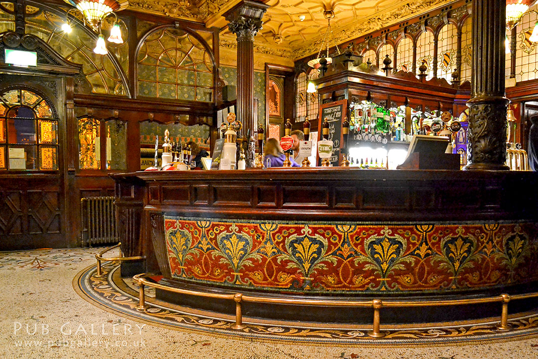 Philharmonic, Liverpool: Lobby area with tiled bar counter