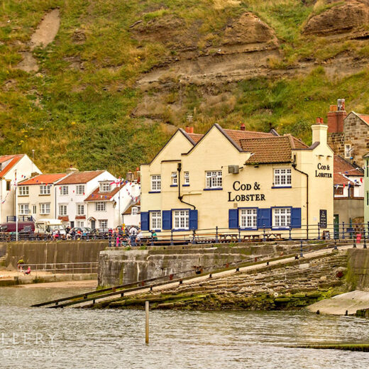 Cod & Lobster, Staithes: Pub with sea in foreground