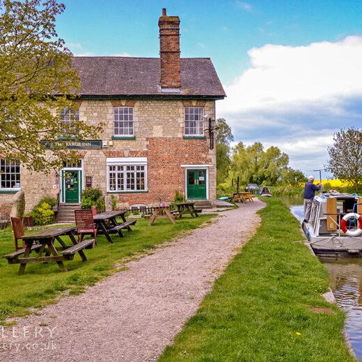 Barge, Honeystreet: Pub & canal