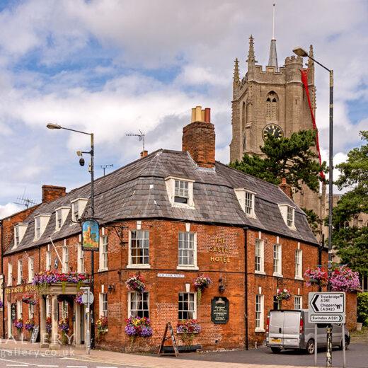 Castle, Devizes: Pub with church behind