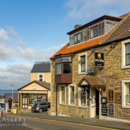 Olde Ship, Seahouses: Pub with sea in distance