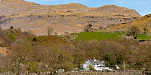 Boot Inn, Boot: Pub with hills behind